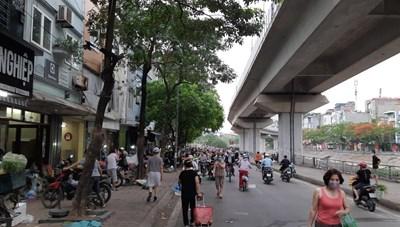 [ẢNH] Chợ tạm vẫn hoạt động, người dân còn lơ là chủ quan phòng dịch