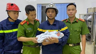 Giải cứu bé sơ sinh bị mẹ bỏ rơi giữa khe tường