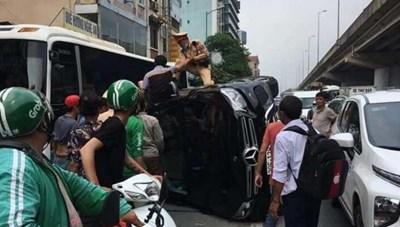 Trung tá CSGT nhanh trí cứu lái xe Mercedes lật nghiêng sau khi gây tai nạn