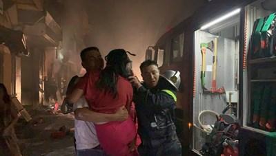 Giải cứu 5 người trong vụ cháy cửa hàng gas ở Hà Nội