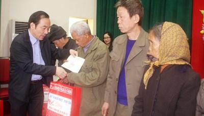 Tặng quà hộ nghèo nhân dịp Tết Tân Sửu 2021