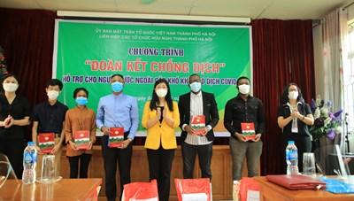 Mặt trận Hà Nội tặng quà du học sinh khó khăn do dịch Covid