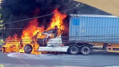 Quảng Ninh: Xe container bốc cháy dữ dội khi đang lưu thông