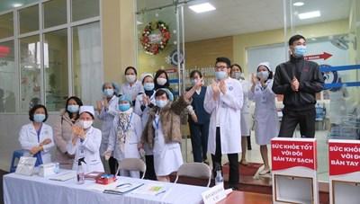 Hải Phòng: Người dân, y bác sĩ và bệnh nhân vỡ òa cảm xúc khi được dỡ bỏ phong tỏa Bệnh viện Phụ sản, trẻ em