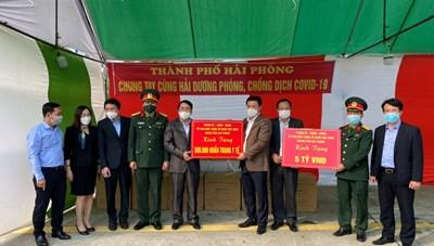 Lãnh đạo TP Hải Phòng trao 5 tỷ đồng và 500.000 khẩu trang cho tỉnh Hải Dương