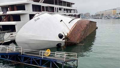 Quảng Ninh: Tàu du lịch lật nghiêng khi đang neo tại cảng Tuần Châu