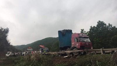 Quảng Ninh: Tai nạn giữa xe đầu kéo và bán tải gây ùn tắc cục bộ