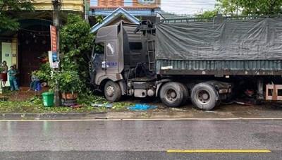 Quảng Ninh: Xe container mất lái tông vào xe tải và nhà dân khiến 1 người tử vong