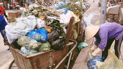 Quảng Ninh: Dân bức xúc vì điểm thu gom rác ngay trước cổng chợ