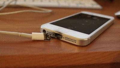 Quảng Ninh: Cháu bé lớp 2 bị điện giật tử vong khi vừa dùng điện thoại vừa sạc