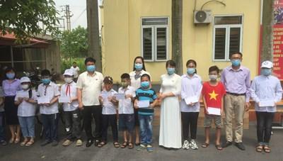 Quảng Ninh: Tặng quà và khen thưởng học sinh khuyết tật, mồ côi