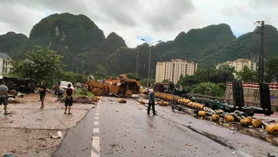Quảng Ninh: 3 xe ô tô biến dạng sau tai nạn liên hoàn