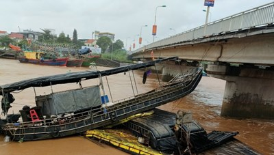 Quảng Ninh: Lũ lớn làm đắm và cuốn trôi nhiều tàu, bè