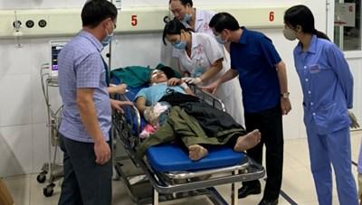 Xe chở công nhân va xe tải ở Quảng Ninh, 16 người thương vong