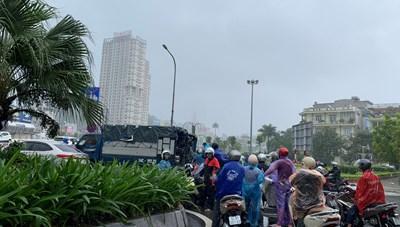 Ô tô che chắn gió bão cho xe máy qua cầu Bãi Cháy
