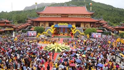 Hàng nghìn người dự Lễ hội Hoa cúc Chùa Ba Vàng - Hướng về miền Trung