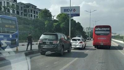 Quảng Ninh: Tai nạn liên hoàn giữa 4 xe ô tô trên cầu Bãi Cháy.