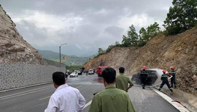 Quảng Ninh: Ô tô bốc cháy sau khi đâm vào vách núi