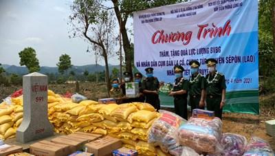Thăm, tặng quà lực lượng Bảo vệ biên giới Lào nhân dịp Tết Bunpimay