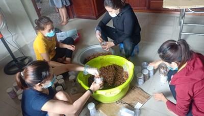 Quảng Trị: Nhóm phụ nữ làm thịt hộp gửi vào vùng tâm dịch