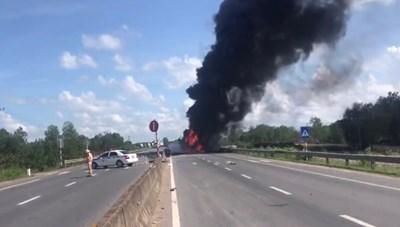 Tài xế tự gây tai nạn, xe tải bốc cháy dữ dội
