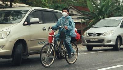Đạp xe về quê, người đàn ông được nhà hảo tâm tặng xe máy