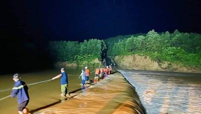 Giải cứu thành công 3 người dân bị nước lũ cô lập suốt nhiều giờ