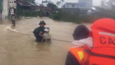 Công an bám thừng, bế trẻ em ra khỏi vùng ngập nhất TP Huế