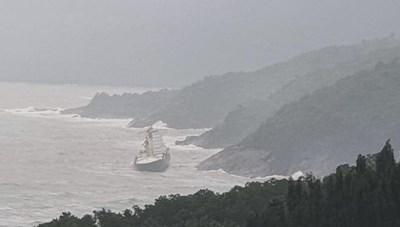 Phát hiện tàu lạ trôi dạt vào vùng biển dưới chân núi Hải Vân