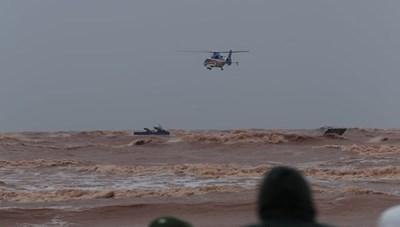 Trực thăng, đặc công nước giải cứu các thuyền viên gặp nạn trên biển