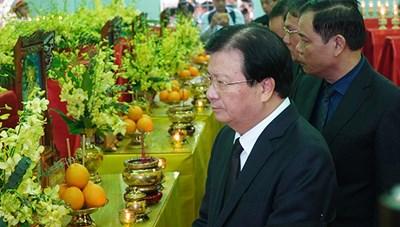 Phó Thủ tướng Trịnh Đình Dũng viếng 13 liệt sĩ hy sinh ở Rào Trăng 3