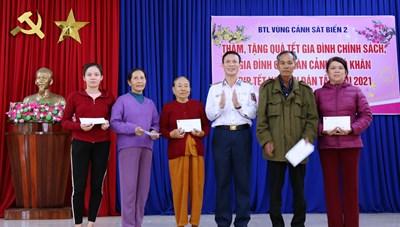 Bộ tư lệnh Vùng Cảnh sát biển 2 trao quà Tết cho người nghèo