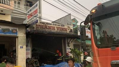 Quảng Ngãi: Cứu 2 cha con mắc kẹt trong đám cháy lớn