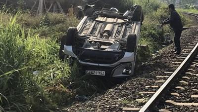 Ô tô vượt chắn bị tàu hàng tông mạnh khiến 3 người thương vong