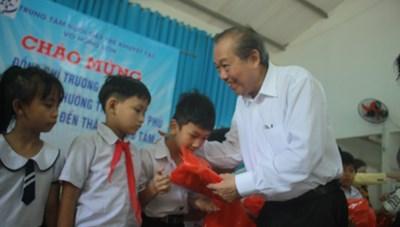 Phó Thủ tướng Thường trực Trương Hòa Bình thăm, tặng quà Trung tâm nuôi dạy trẻ khuyết tật ở Quảng Ngãi
