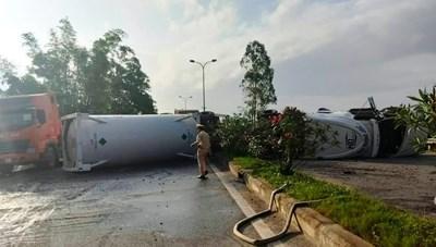 Quảng Nam: Xe container chở dầu lật chắn ngang quốc lộ 1A