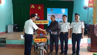 Quảng Nam: Cảnh sát biển trao quà cho người nghèo