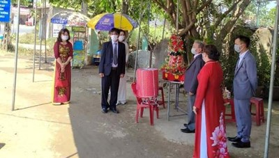 Nhà trai và nhà gái trao sính lễ tại chốt kiểm dịch Covid-19