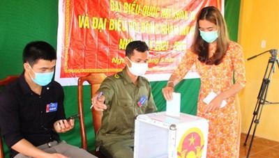 Cử tri 6 xã biên giới tỉnh Quảng Nam đi bầu cử sớm