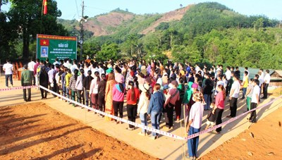 [ẢNH] Cử tri 6 xã biên giới ở Quảng Nam đi bầu cử sớm
