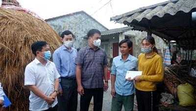 Quảng Ngãi: Hỗ trợ gia đình có 4 con bò bị sét đánh chết
