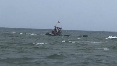 Quảng Nam: Cứu thành công 10 ngư dân bị chìm tàu
