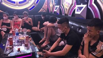 Quảng Nam: Bất chấp lệnh cấm, cho khách hát karaoke bị phạt 20 triệu đồng
