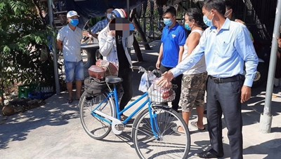 Quảng Nam: Mua xe, hỗ trợ lương thực cho thanh niên đi bộ về quê