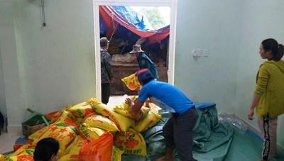 Quảng Nam: Vận chuyển 14 tấn gạo cho người dân vùng sạt lở