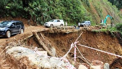 Quảng Nam: Mưa lớn gây ngập sâu, chia cắt, sạt lở ở nhiều nơi