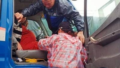 Vượt qua mưa to, lũ lớn đưa sản phụ vượt 20 km đi sinh con