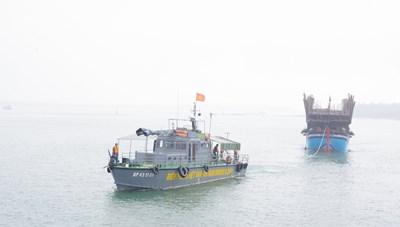 Quảng Nam: Tàu chìm khi neo đậu nghi 2 cha con bị mất tích