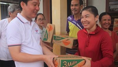 Văn phòng báo Đại Đoàn Kết cùng nhà hảo tâm trao quà cho bà con vùng lũ