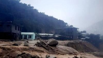 Quảng Nam: 2 cán bộ đi chống bão bị sạt lở núi vùi lấp, mất tích
